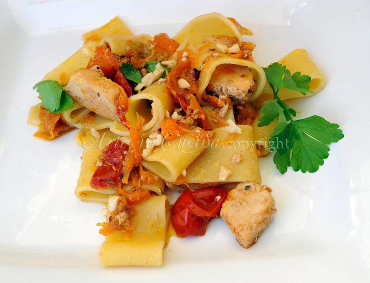 Calamarata con zucca fiori e pesce spada in salsa di soia, ricetta facile, veloce, primo in poco tempo, ricetta a base di pesce, verdure di stagione, fiori di zucca