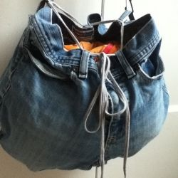 DIY jean purse by recycling your old jeans! Find more craft tutorials and recipes...