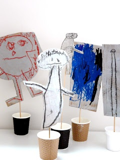 menstekeningen lamineren, een klompje klei ( of i.d. ) in een bekertje