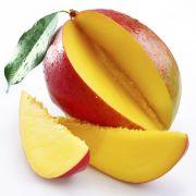 Mangopudding / 2 blaadjes gelatine - 175 mililiter suiker - 250 mililiter heet water - 750 mililiter mangopuree - 250 mililiter gecondenseerde melk - 8 ijsblokjes - eventueel schijfjes limoen en stukjes mango