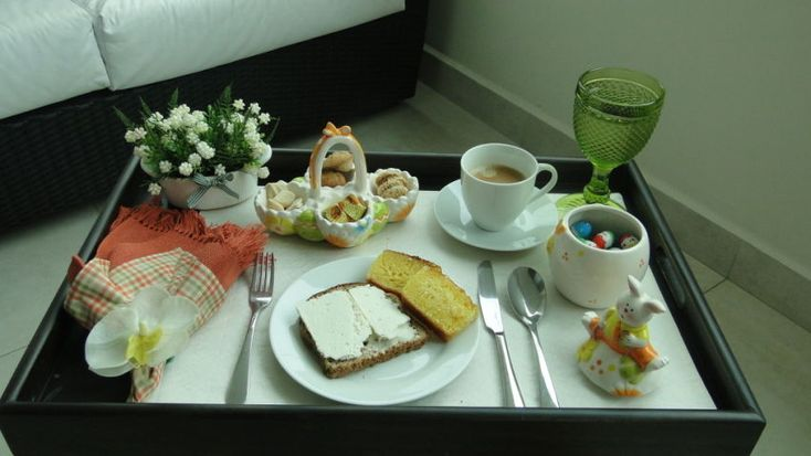 Café da manhã com tema páscoa.