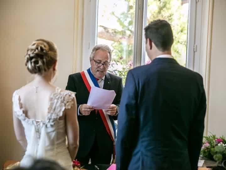 Une cérémonie de mariage à la mairie peut souvent être froide et expéditive. Pour remédier à ce problème voici quelques petites touches personnelles à apporter à chacun des moments de votre union civile.