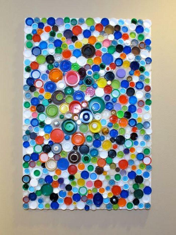 deko mit flaschen. wanddeko, bild mit vielen flaschendeckel in verschiedenen größen