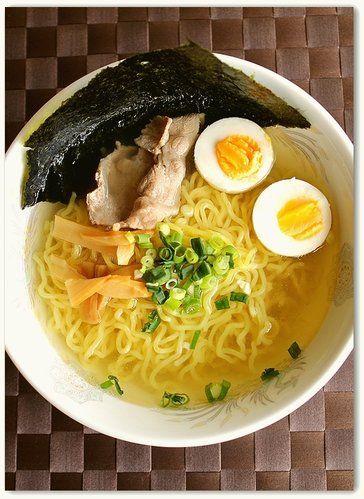 【nanapi】 ラーメンスープの素を購入しなくても、自宅にあるもので美味しい塩ラーメンを作ることが出来ます!ここでは塩ラーメンの作り方を紹介します!材料(1人分)ラーメン・・・1玉豚薄切り肉・・・30gゆで卵・・・1個海苔・・・1/2枚半小葱・・・1本めんま・・・4~5本...