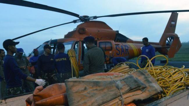ilustrasi. Petugas Basarnas memasukkan lifting bag atau balon udara ke helikopter untuk dibawa ke KR... - Kompas.com/Heru Sri Kumoro