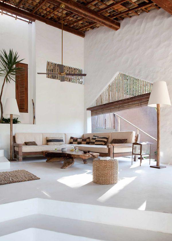 Casa de praia em Trancoso - Decoração rústica e aconchegante - Casa Tiba - Sala de estar branco e madeira ( Projeto: Vida de Vila )