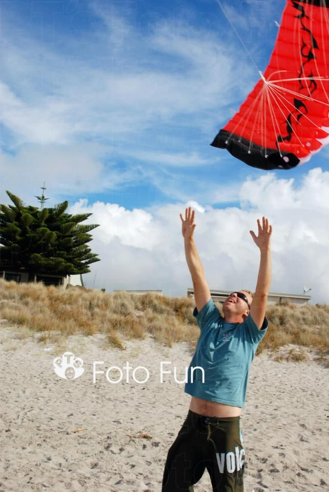 man and kite in papamoa beach