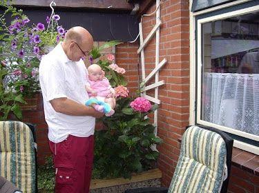 amber met opa toen ze nog een baby was