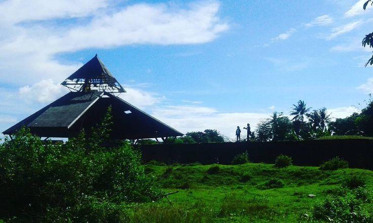 Banyak nilai sejarah yang tersimpan pada sisa-sisa bangunan Benteng Somba Opu. Benteng ini berada di sisi selatan tak jauh dari pusat Kota Makassar. Memiliki keunikan yang berbeda dengan benteng lain yang ada di seluruh nusantara ini.[Photo by instagram.com/fahrulbdw]