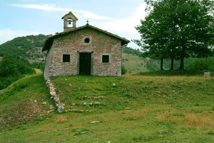 Butino villa di piccole dimensioni sorta ai piedi del Monte Birbone al margine occidentale di una zona pianeggiante che si estende fino a Monteleone di Spoleto.