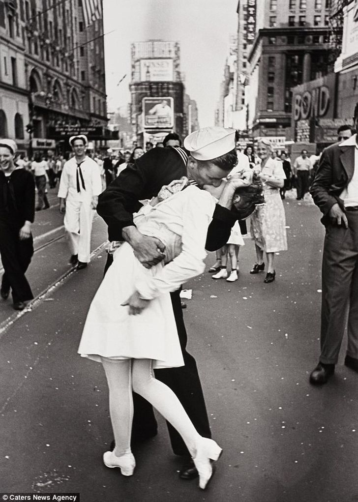 L'appassionato bacio tra un'infermiera e un marinaio, immortalato in una fotografia scattata da Alfred Eisenstaedt in Times Square il 14 agosto 1945 alla fine della Seconda Guerra mondiale.