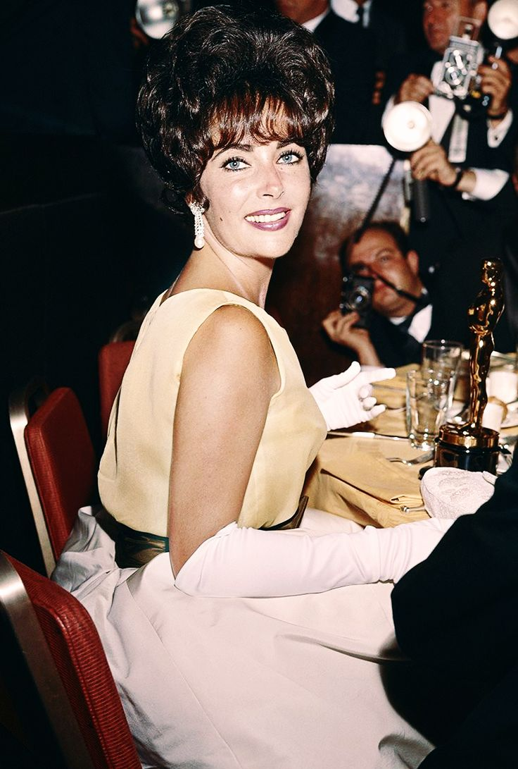Elizabeth Taylor with her Oscar for Best Actress in 'Butterfield 8', at the 33rd Academy Awards, Santa Monica, California, 17th April 1961. Via hollywoodlady.tumblr.com/