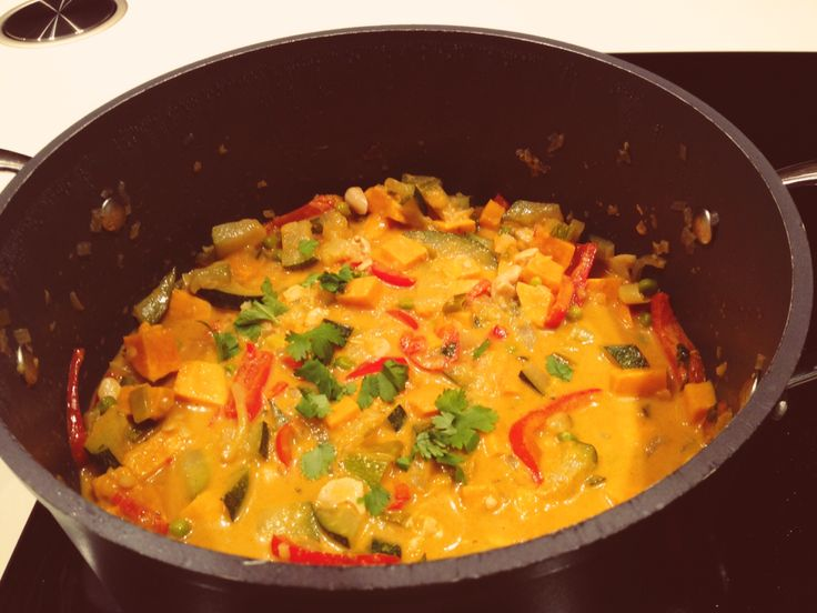 lekkere Thaise curry met zoete aardappel, gember, koriander, paprika, lente ui en courgette