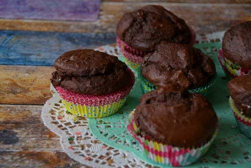 Banaan-chocolade cupcakes (evt kokosolie ipv roomboter en rauwe cacaonibs ipv pure chocolade). Ingrediënten: • 3 rijpe bananen • 4 eieren • 150 gram speltmeel • 50 gram rauwe cacao • 50 gram pure chocolade • 50 gram gesmolten roomboter • 50 gram gehakte walnoten • 2 tl bakpoeder • Snuf zout
