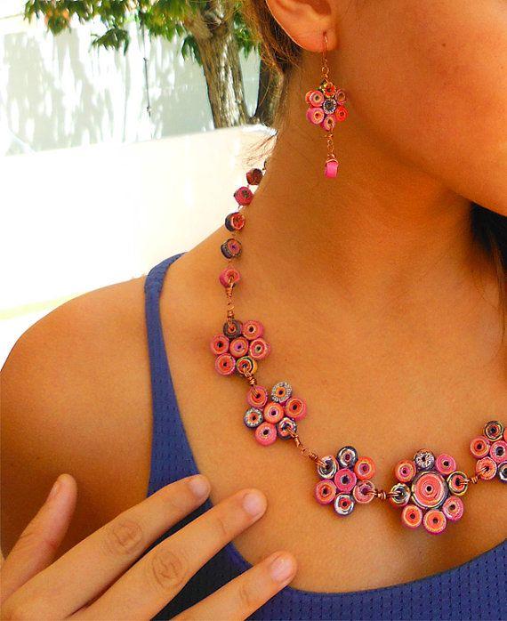 Collar de Papel Reciclado en Forma de Flores por FantasiasyPapel