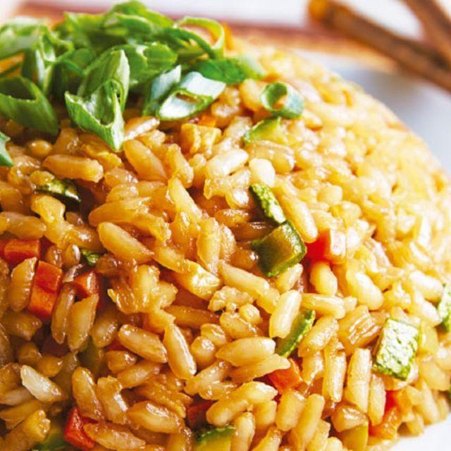 ÑOM! Arroz frito   Ingredientes 1 1/2 tazas de arroz 1 zanahoria picada 1 calabacita picada 1/2 cebolla picada 1 diente de ajo picado 1/2 cucharadita de jengibre rallado 4 cucharadas de cebollín picado 2 cucharadas de mirín 5 cucharadas de salsa de soya 2 cucharadas de aceite de ajonjolí 2 cucharadas de aceite vegetal  Preparación 1. Enjuaga el arroz en un tazon con agua varias veces hasta que el agua deje de salir turbia escurre y ponlo en una olla mediana con dos tazas de agua. 2. Tapa y…