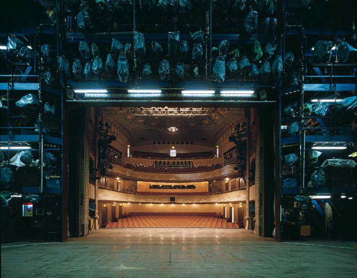 Klaus Frahm, Looking from Behind: The Fourth Wall