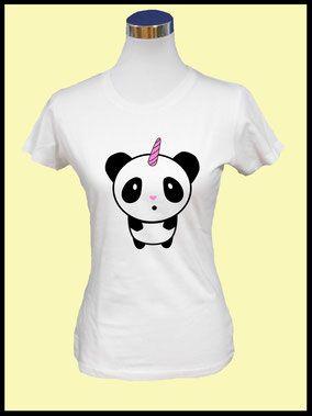 Damen T-Shirt - Einhornpanda  Der perfekte Begleiter für die warme Jahreszeit.  Das T-Shirt besteht aus 100% Baumwolle und hat einen figurbetonten Schnitt. Das Motiv wird von den Mitarbeitern der Roxs Textilschmiede von Hand auf das T-Shirt gedruckt.  Erhältlich ist das T-Shirt in unserem Shop www.roxstextilschmie.de