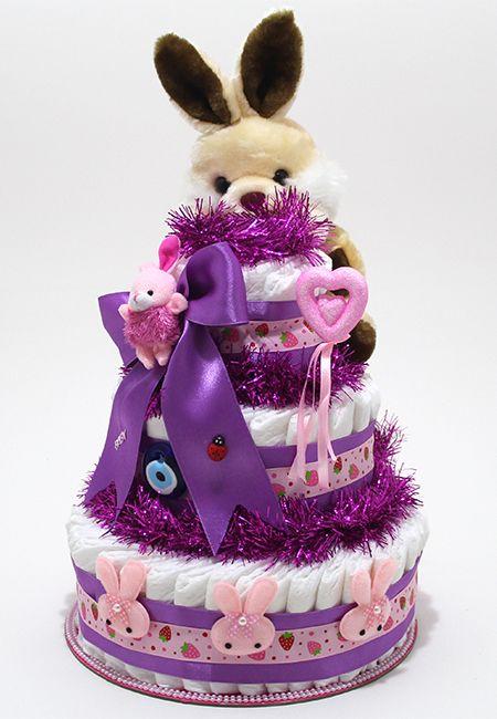 http://www.bebekbezipasta.com/3-katli-bez-pasta/cilekli-tavsan-bez-pasta ÇİLEKLİ TAVŞAN BEZ PASTA ; 3 kattan oluşan bu modelimiz, 60 adet (Prima Premium Care) ultra korumalı bebek bezi, Saten Kurdela, İthal 25cm Peluş oyuncak ve dekoratif aksesuarlarla hijyenik koşullarda hazırlanmış olup streilizasyonu yapıldıktan sonra şeffaf jelatin ve renkli tül ile kaplanmıştır. Tebrik kartınız ile beraber ilgiliye teslim edilmektedir