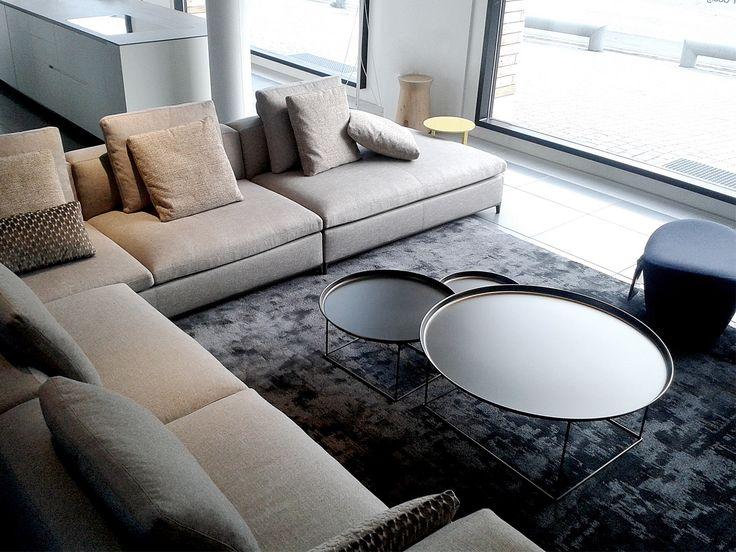 Ecco il nuovo divano Michel Club nel nostro show-room. Elegante e raffinato assieme ai tavolini FatFat e al tappeto antracite di B&B italia. Un ottimo spunto per il vostro soggiorno. Divani B&B canton Ticino.