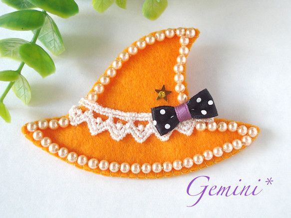 魔女の帽子の形をしたかわいいブローチです。パールとリボンが付いたおしゃれなデザインです♪ハロウィンを盛り上げてくれる素敵アイテムです*カラー:オレンジサイズ:...|ハンドメイド、手作り、手仕事品の通販・販売・購入ならCreema。