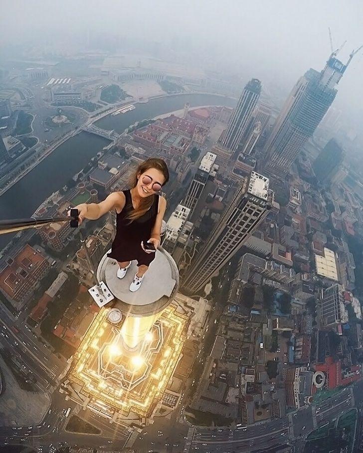 Esta chica rusa tiene una obsesión: tomarse las selfies más riesgosas del mundo. Literal