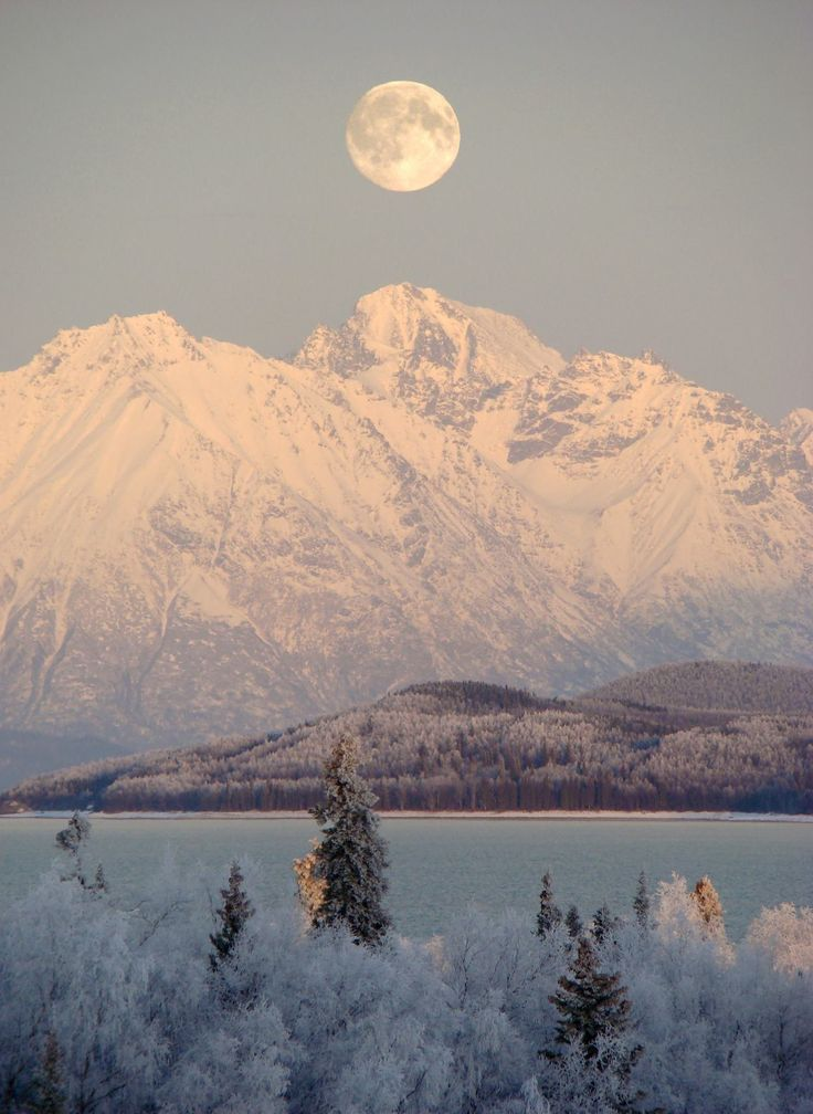 La luna llena sobre el Parque Nacional de Alaska Lago Clark y Reserva
