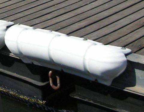 this fender Can be fixed on floating pontoons that concrete quays. The fender covers the angle of the pontoon to ensure the maximum protection to vessels that have a very strong bow, and that often go to rub the hull on the surface of the wharf. The surface of the upper flat and linear, poses no hindrance to pedestrians on the pier.