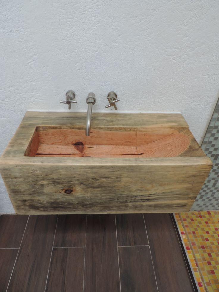 Lavabo hecho a partir de una gualdra de madera tallada for Lavabo madera
