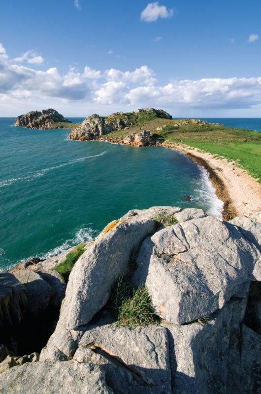 Belle plage et eaux turquoise en Finistère, ici à Plougasnou !