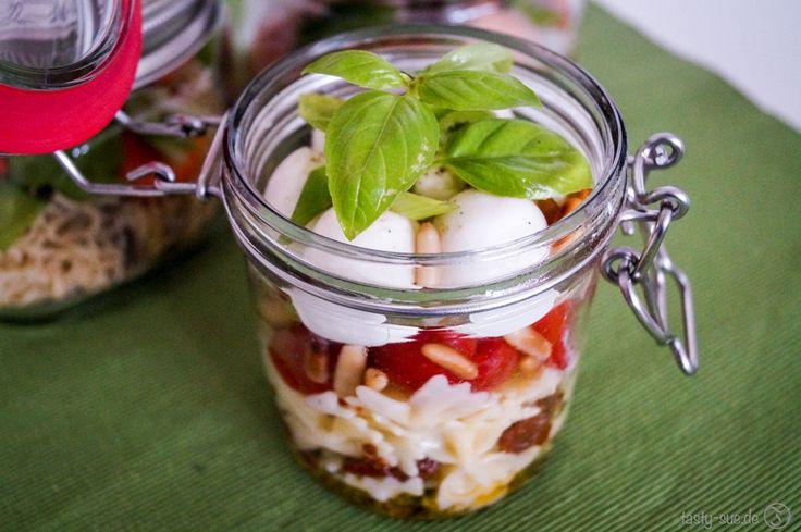 Keine Lust mehr auf das ungesunde Kantinenessen? Mit diesen einfachen Anleitungen für Lunch im Glas ist das frische Mittagessen in der Arbeit gesichert.