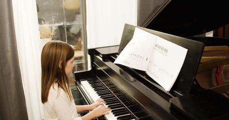 """Como aplicar tinta e lacar preto. Aplique tinta e laca preta em madeiras para conseguir o que é conhecido como o acabamento em """"black piano"""". Os pianos de hoje são pintados e depois revestidos com um tipo de resina plástica, mas o método tradicional de pintura e lacagem em um piano ou qualquer outro mobiliário para que se obtenha a cor preta intensa brilhante, é usando laca de ..."""