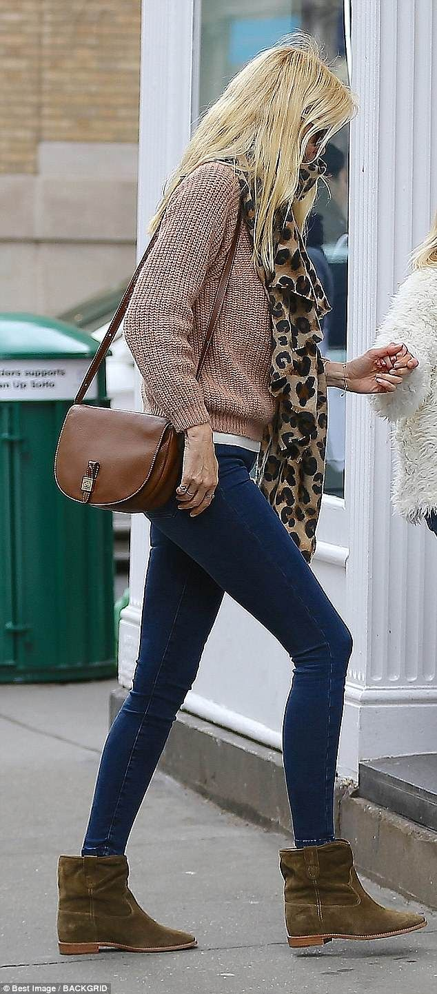 Claudia Schiffer 47 Looks Chic As She Steps Out In Nyc Winter Fashion Casual Claudia Schiffer Leopard Print Scarf