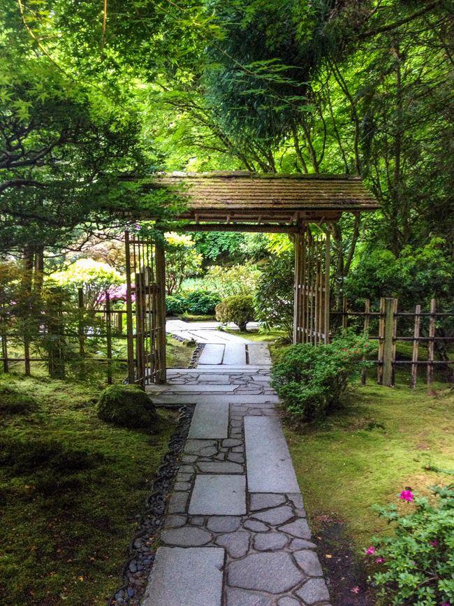 Een houten poort in een oosterse tuin.