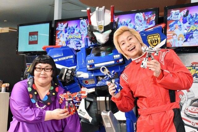 テレビアニメ新番組「トミカハイパーレスキュー ドライブヘッド 機動救急警察」の発表イベントに登場したメイプル超合金と、アニメキャラクターの「ドライブヘッド01 ソニックインターセプター」(中央)。