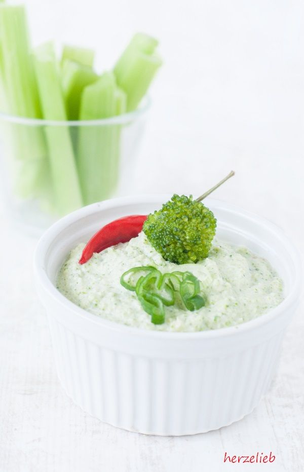 Broccomole, der Broccoli-Dip! Geht ganz flott, versprochen!