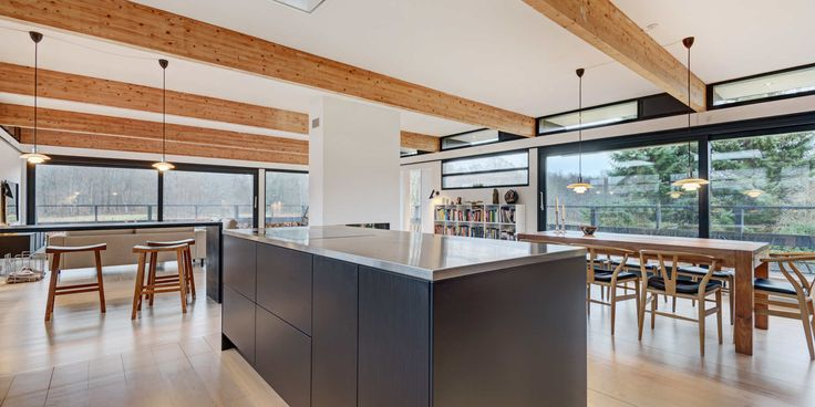 """U-Series-kjøkken i """"Black Oak"""" gjør dette fantastiske rommet komplett"""