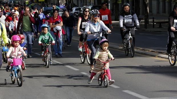 Circular por el carril bici supone respirar la mitad de contaminación que por la calzada. Un estudio de la Universidad de Navarra demuestra la conveniencia de separar los coches de las bicicletas