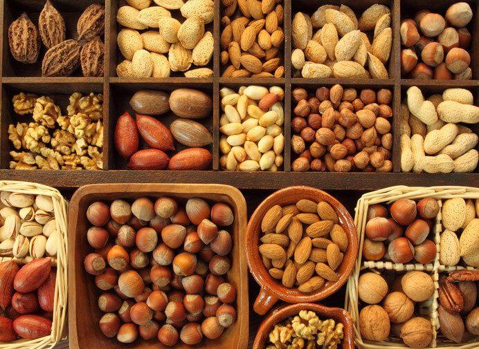 Jedlá semena různých rostlin se liší velikostí a chutí, ale všechny mají společnou jednu věc: jsou plné vitamínů, minerálů, bílkovin, enzymů a zdravých olejů. Pochutnání si na syrových semenech a ořeších dokáže vašemu tělu přinést ohromné zdravotní přínosy. Nejenže výborně potlačují hlad, ale navíc vás drží pryč od jídel rychlého občerstvení a zásobují tělo potřebnými …