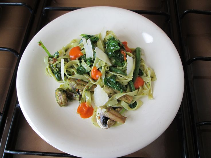 Tagliatelle   al pesto  di basilico   fagiolini spinaci  champignons e  peperoni     /   Gino D'Aquino