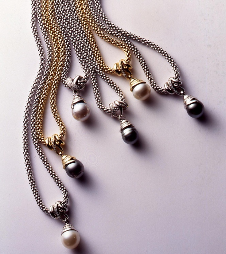Novecento mesh necklaces with pearl pendant.