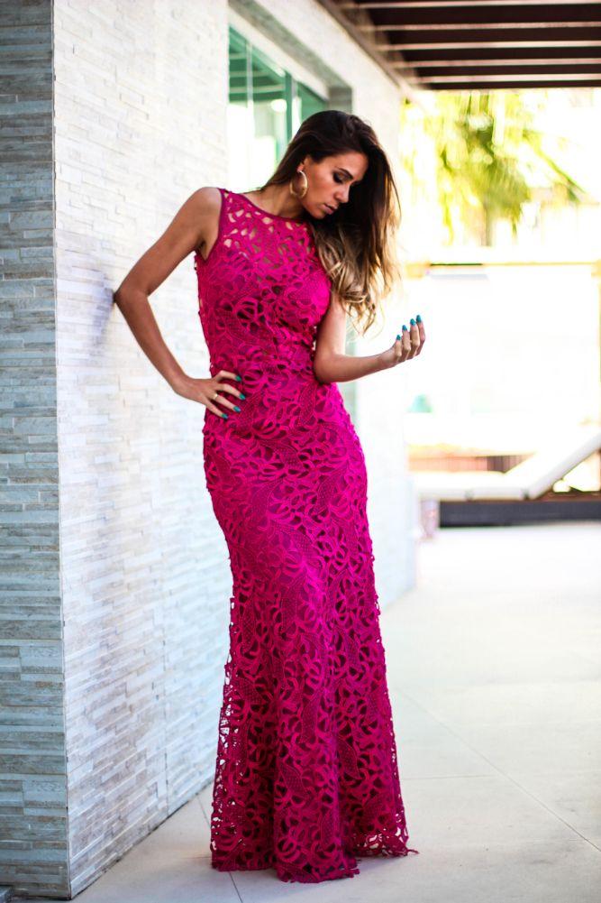 Look com vestido longo de renda pink