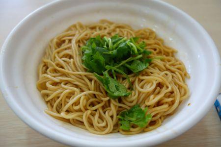 中国の「拌麺 」。 いわゆる「汁なし麺」で、「油そば」みたいな麺料理。 和えそば。 この「拌麺」というのは、日本の「油そば」の源流でもある、みたいな。…