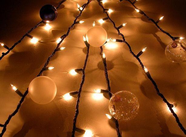 •¿Cómo hacer que tu árbol de Navidad se vea lo más lindo posible?• 1- Elige un tono preponderante para los accesorios que lo decoren (en este caso fue el colorado) 2- Envuelve los regalos en una gama de colores que se complemente, oponga o haga composé (en este caso elegimos papel de regalo dorado) 3- Elige luces de exterior redondas de un color cálido (y van a durarte todo el año para decorar otros ambientes de tu casa!) 4- Sumá detalles que den personalidad e identidad