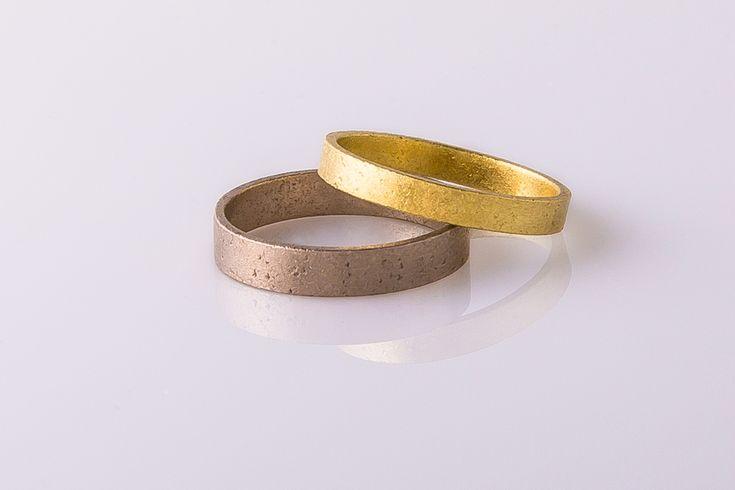 Handgemaakte trouwringen. Grof bewerkt met kleine putjes en krasjes waardoor de ringen een stoere industriële uitstraling krijgen.