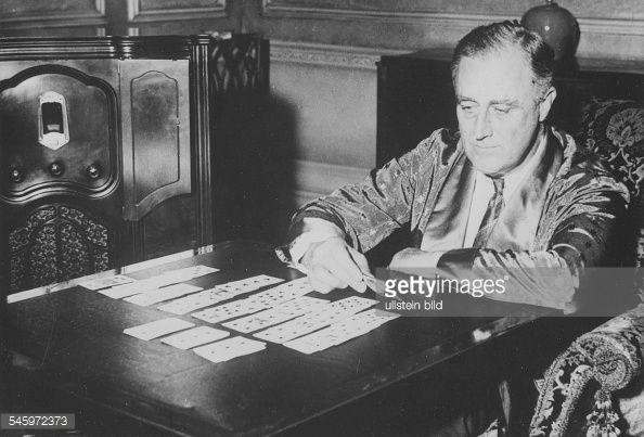 Franklin D.Roosevelt, Politiker, USA, Präsident, beim Kartenlegen : News Photos