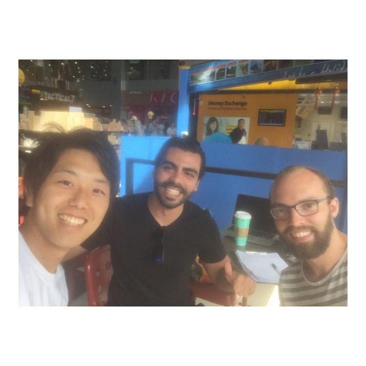 思わぬキッカケでSEO勉強会 Tubotel Gathering at Starbucks :) ルームメイトのサレは自分自身でも ウェブサイトのSEOを手掛ける 凄腕のビジネスマンでした まさかマレーシアのスタバで 2時間ほどもSEOについて  勉強することになるとは 思いませんでした 旅をしていると 日常生活じゃ絶対に会えない人に出会える これも無計画旅行の醍醐味ですね P.S. ちなみにこの中で 誰が一番若いでしょうか(O_O)  #マレーシア #マレーシア生活 #マレーシアライフ #マレーシア旅行 #出会い #出会いに #勉強会 #海外移住 #世界周遊 #年齢 #海外旅行 #海外旅行に行く