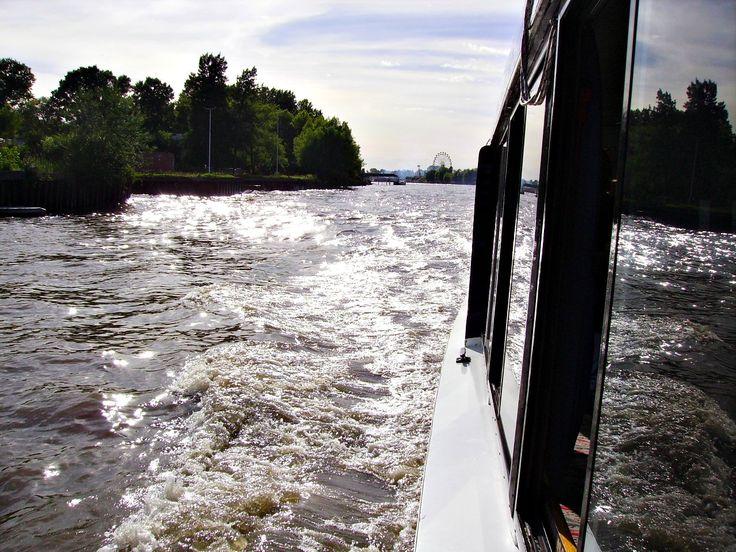 Navegando por el río Paraná, desde El Tigre, Argentina hacia Nueva Palmira, Uruguay.
