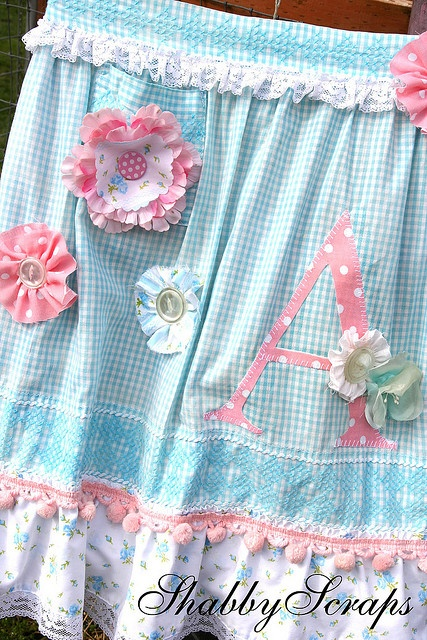 Love this shabby chic apron buena idea decorar con botones