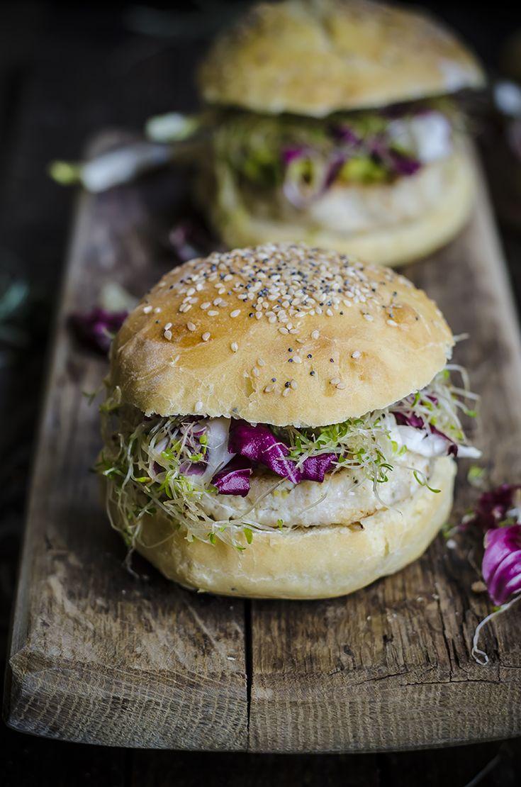 Hamburger di pollo e ricotta con crema all'avocado